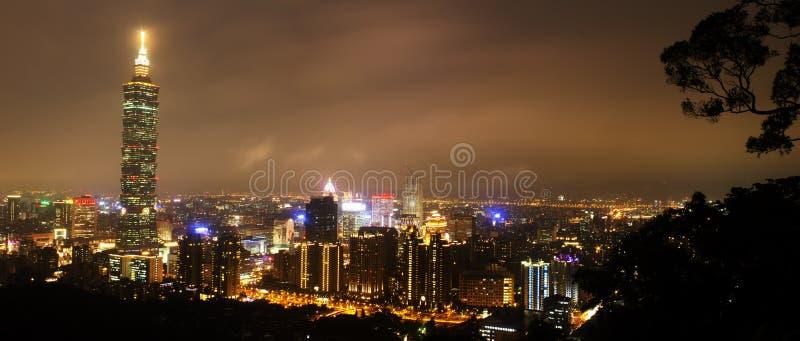 Skyline von Xinyi-Bezirk in Taipeh lizenzfreie stockfotos