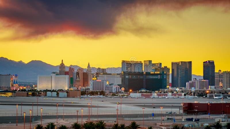 Skylineansicht bei Sonnenuntergang des berühmten Las Vegas-Streifens gelegen in den Weltklassenhotels und in den Kasinos, Nanovol lizenzfreies stockbild