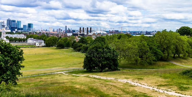 Skylineansicht der Wolkenkratzer von Canary Wharf und von nationalem Seemuseum, Schuss von Greenwich-Park London, Großbritannien lizenzfreies stockfoto