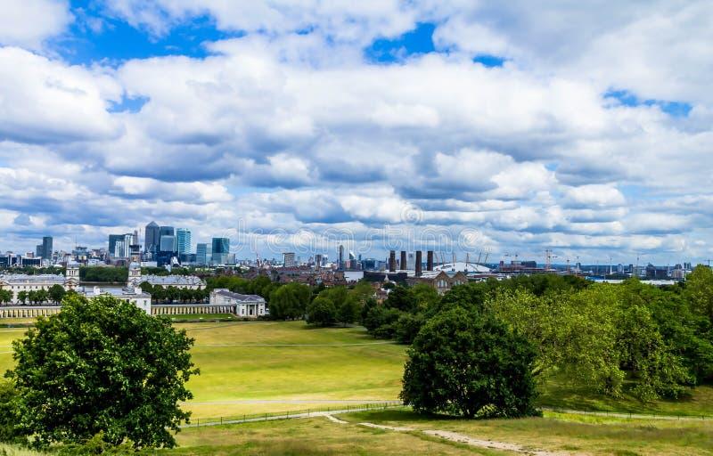 Skylineansicht der Wolkenkratzer von Canary Wharf und von nationalem Seemuseum, Schuss von Greenwich-Park London, Großbritannien lizenzfreie stockfotos