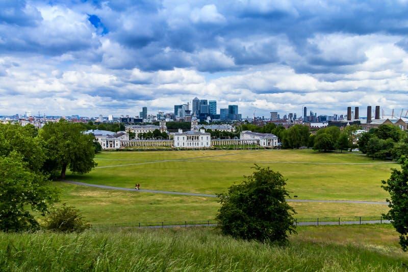 Skylineansicht der Wolkenkratzer von Canary Wharf und von nationalem Seemuseum, Schuss von Greenwich-Park London, Großbritannien stockfotos
