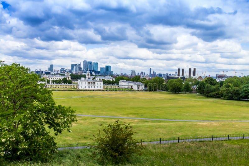 Skylineansicht der Wolkenkratzer von Canary Wharf und von nationalem Seemuseum, Schuss von Greenwich-Park London, Großbritannien lizenzfreies stockbild