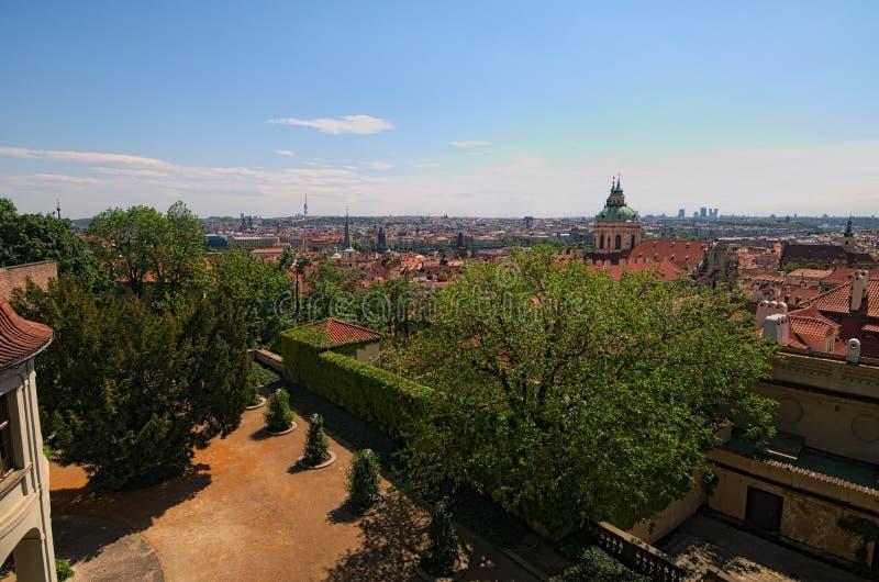 Skylinevogelperspektive der alten Stadt Prag, der alten Gebäude und der roten Ziegeldächer Selektiver Fokus mit Weitwinkelobjekti lizenzfreies stockfoto