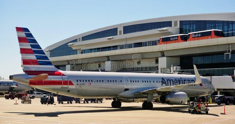 Skylink jednoszynowy przy Dallas Fort Worth lotniskiem (DFW) fotografia royalty free
