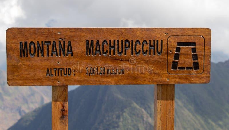 Skyltöverkant av berget Machu Picchu arkivfoton
