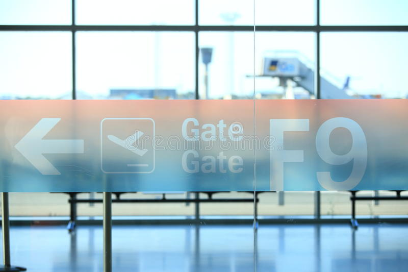 Skylt med ankomstportnummer i flygplats arkivfoto