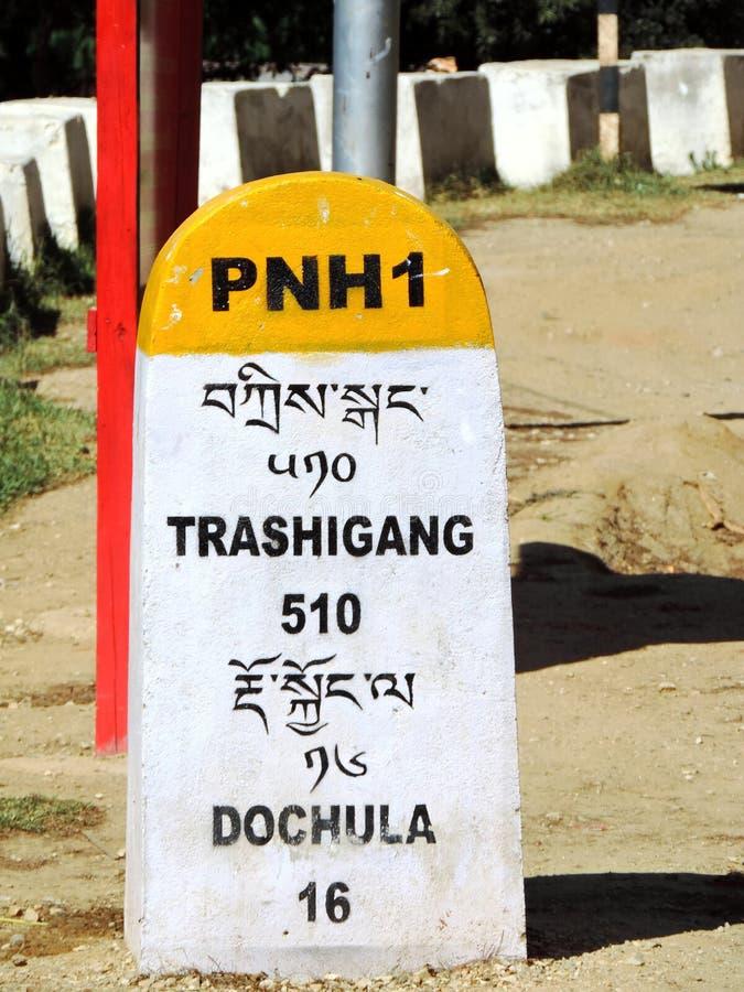 Skylt som nämner avstånd till Trashigang och Dochula, Bhutan royaltyfri bild