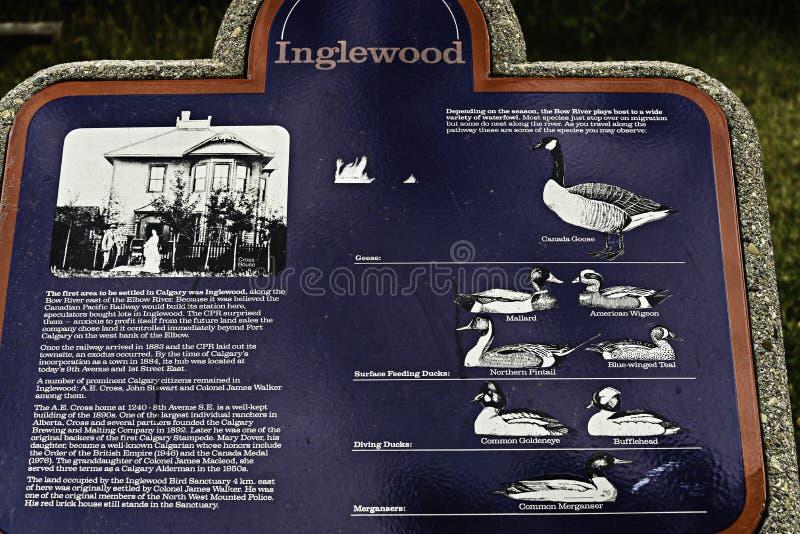 Skylt som visar flera art av vattenfågeluppehället på pilbågeflodvattnet arkivbilder