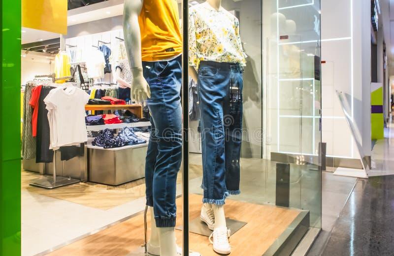 Skyltdocka falsk van vid kläder för en skärm i ett lagerfönster på varuhuset arkivfoton