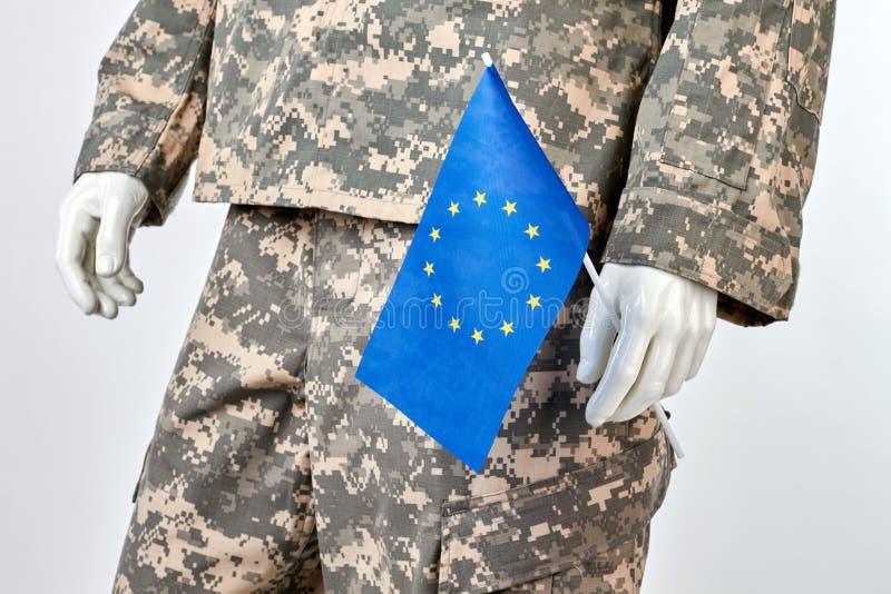 Skyltdocka i armélikformig med EU-flaggan, slut upp arkivbilder