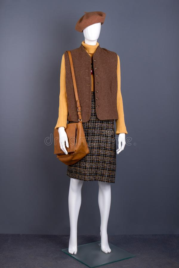 Skyltdocka i basker, waistcoat och kjol arkivbild