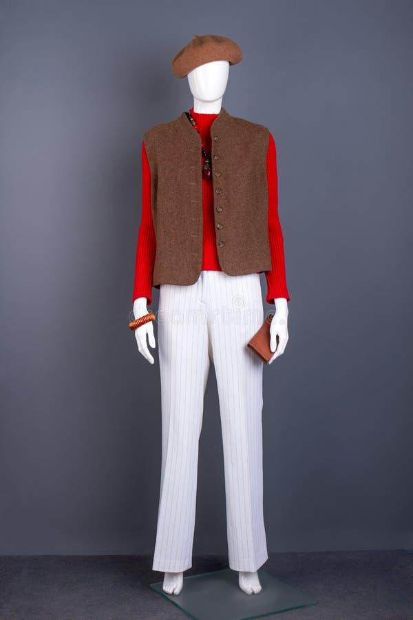 Skyltdocka i brun basker och waistcoat royaltyfri bild