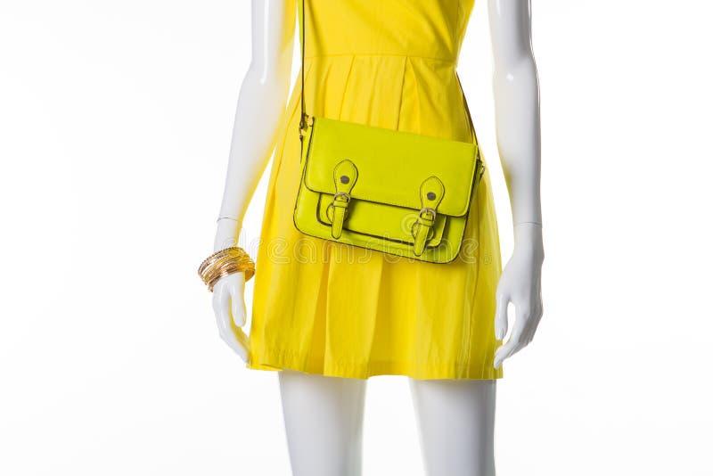 Skyltdocka i en ljus gul klänning royaltyfri foto