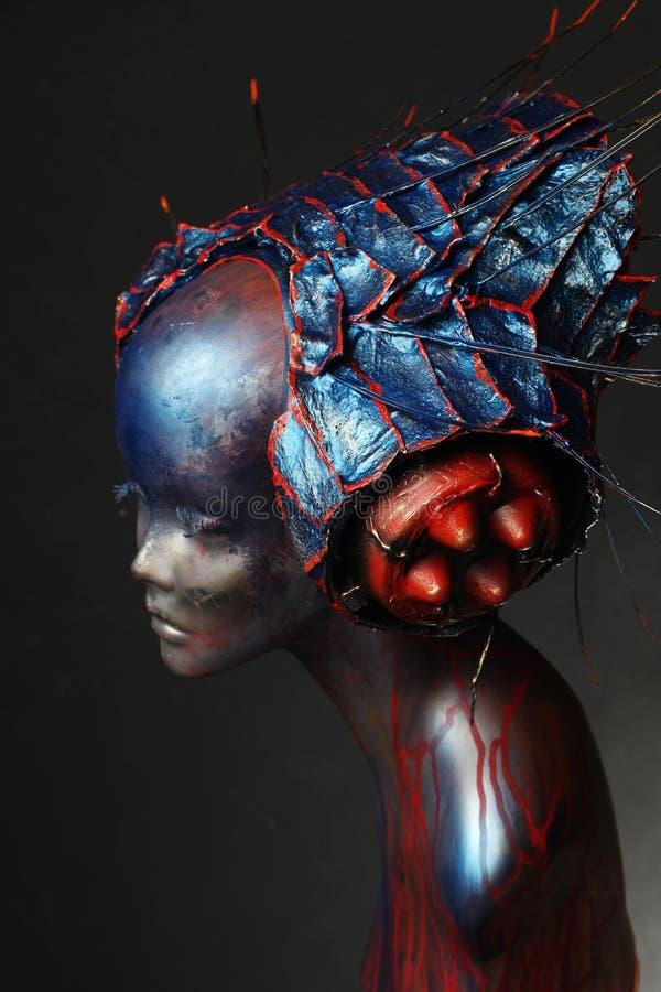 Skyltdocka i idérika head kläder med grova spikar arkivbilder