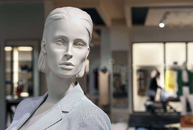 Skyltdocka som är kvinnlig med sommarkläder Kvinnlig attrapp royaltyfri bild