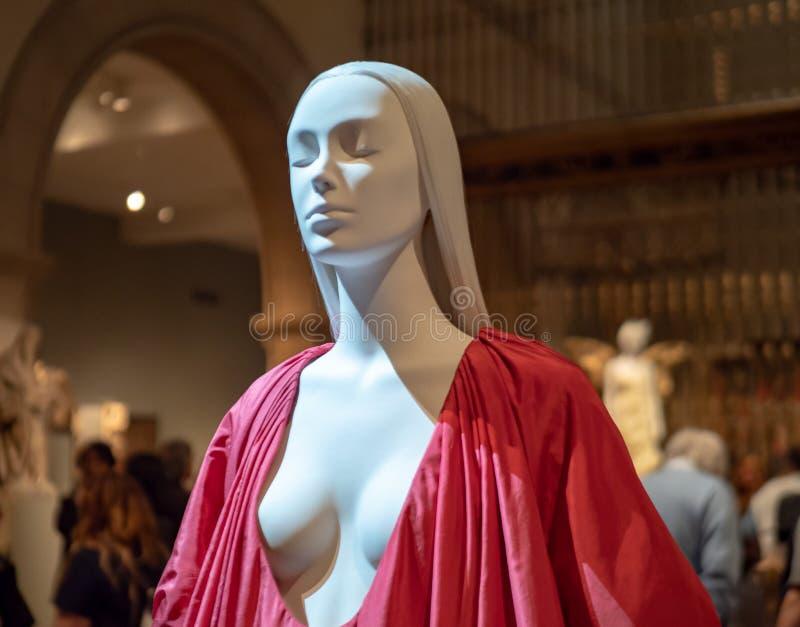 Skyltdocka som bär den röda siden- haute coutureaftonklänningen royaltyfria bilder