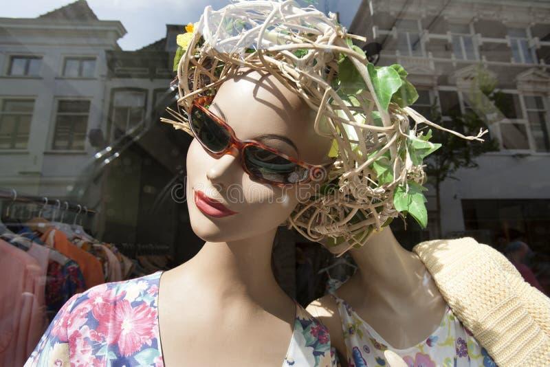 Skyltdockaattrapp med solglasögon i ett klädlager royaltyfri foto