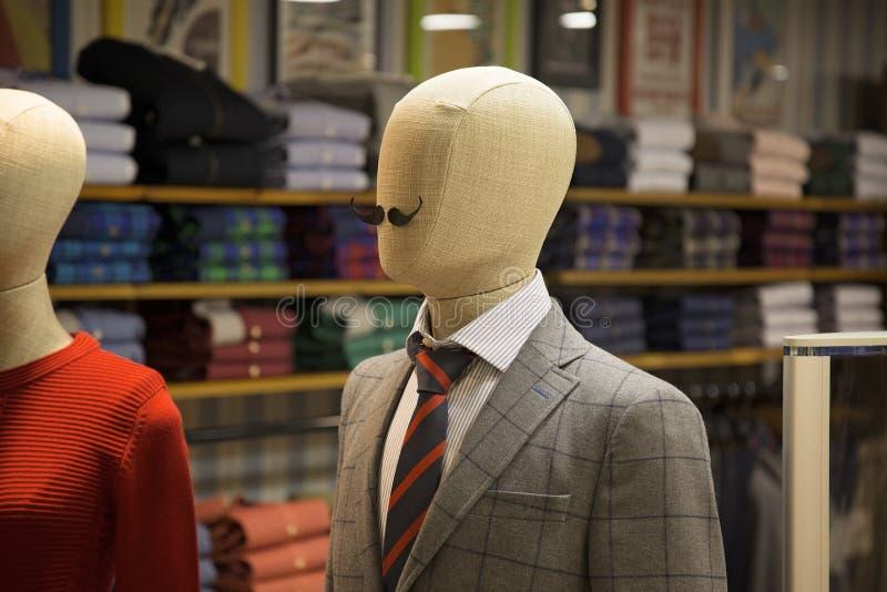 Skyltdockaskärm i mode shoppar arkivbilder