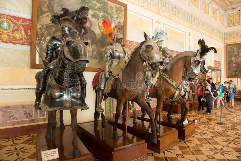 Skyltdockor av forntida riddare i harnesk på hästar fotografering för bildbyråer