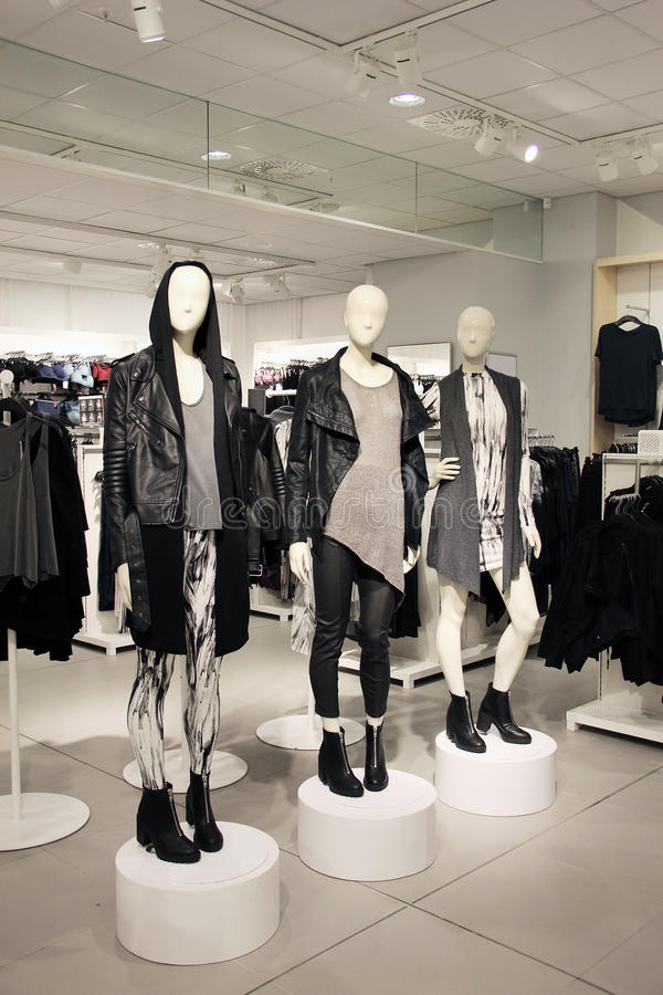 Skyltdockor i ett iklätt lättretligt för klädlager, punkrockstil arkivbild
