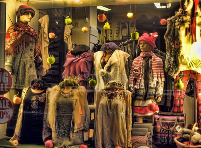 Skyltdockor i stickade plagg, hattar, scarves fotografering för bildbyråer