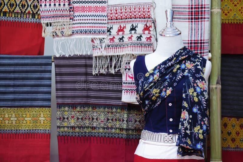 Skyltdockor visar den bärande hand-vävde siden- klänningen arkivbilder