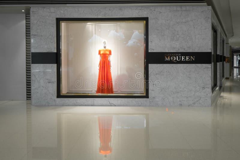 Skyltfönster för Alexander Mcqueen modeboutique Hong Kong arkivbilder