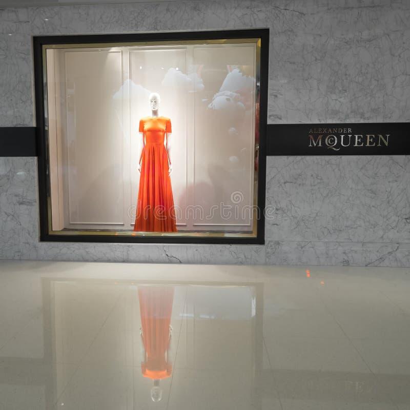 Skyltfönster för Alexander Mcqueen modeboutique Hong Kong arkivfoto