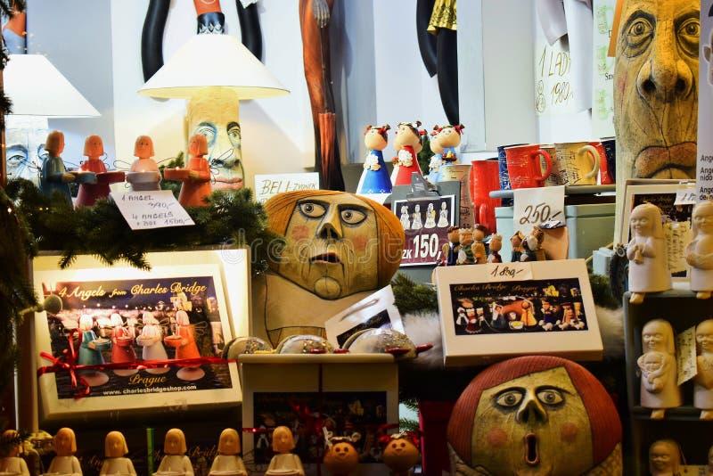 Skyltfönster i Prague med askar av leksaker och änglar arkivfoto