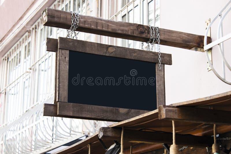 Skyltmodellen och den tomma ramen för mall för logo eller text på den yttre gatan som annonserar staden, shoppar bakgrund, modern royaltyfria foton