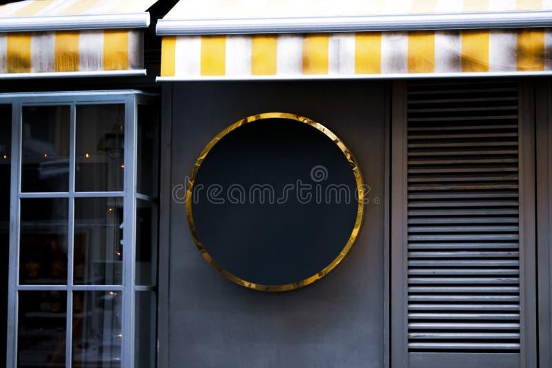 Skyltmodellen och den tomma ramen för mall för logo eller text på den yttre gatan som annonserar staden, shoppar bakgrund, modern royaltyfri bild