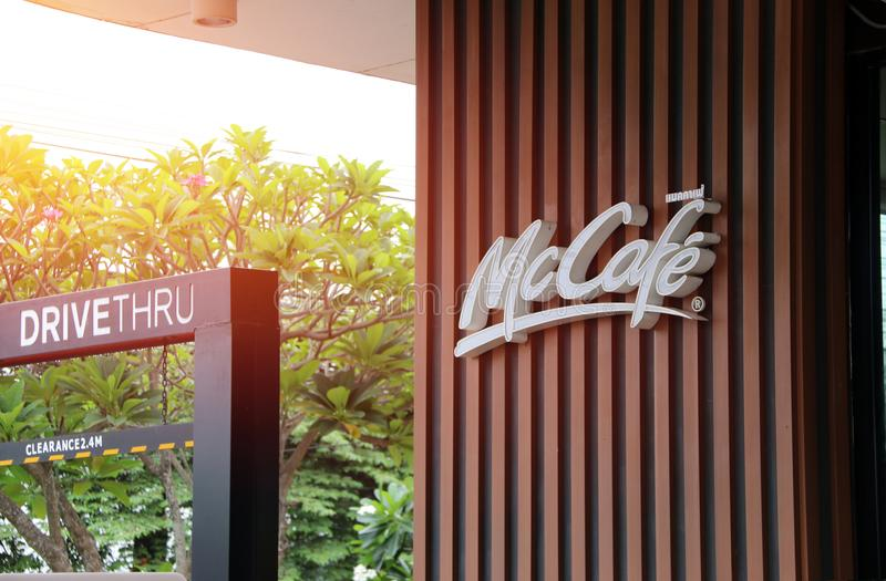 Skyltnamn av McCafe DiveTHRU i PTT-bensinstation Den McCafe coffee shop är en del av restaurangen för snabbmat för McDonald ` s royaltyfri fotografi