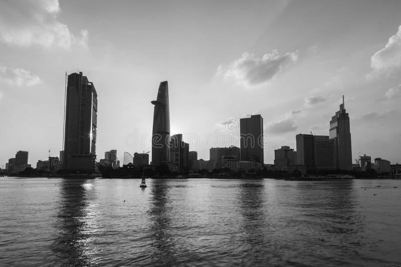 skyltvy från floden Modern byggnad, högt upphöjda Relection on water of Asiatic Metropolis of Saigon känner också som Ho Chi royaltyfri bild