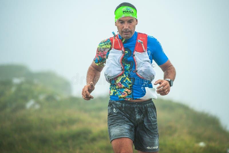 Skymarathon extremo da competição da raça da montanha close up do downhi foto de stock
