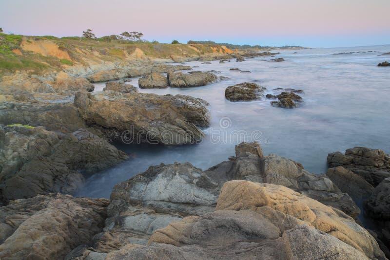 Skymning över Bean Hollow State Beach, Pescadero, Kalifornien, USA royaltyfria foton