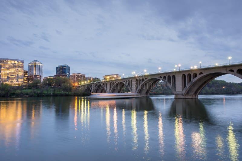 Skymning över den nyckel- bron Sköt från Georgetown i Washington DC som ser in mot Rosslyn, Virginia arkivbilder