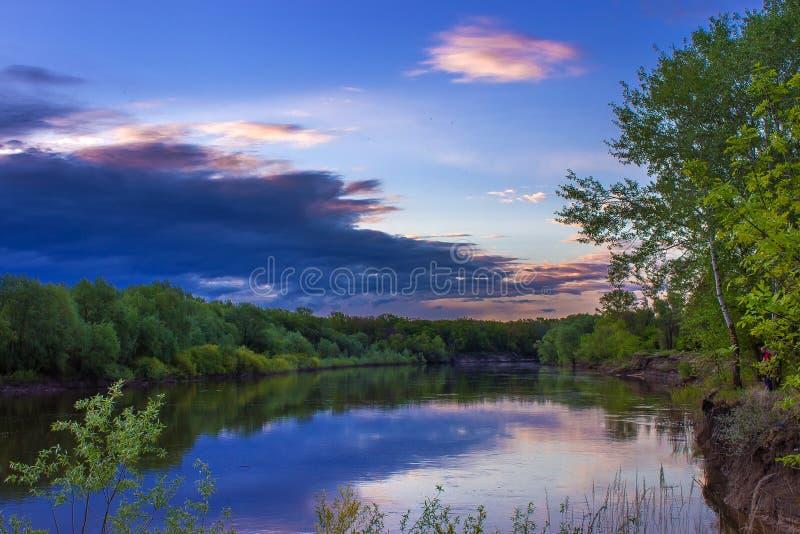 Skymning över flodvåraftonen arkivfoton