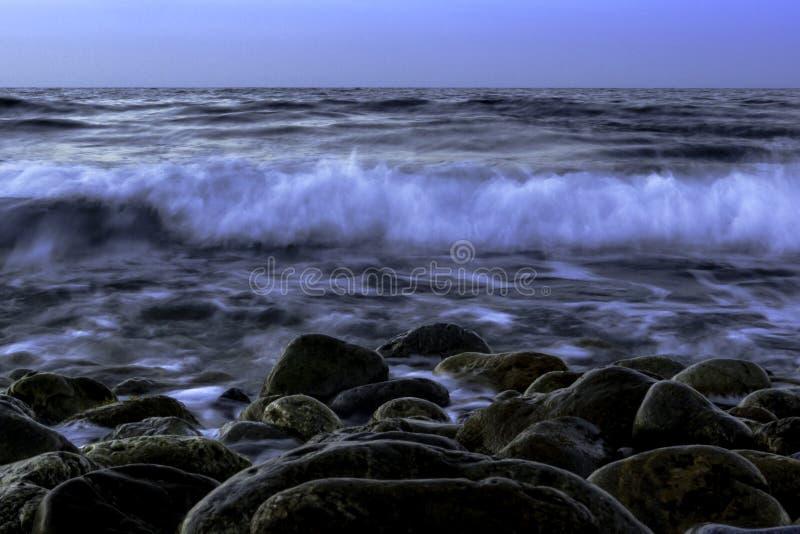 Skymning över havet fotografering för bildbyråer