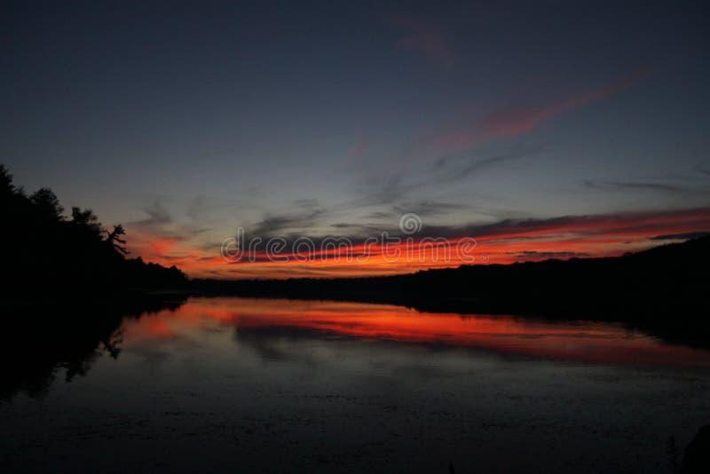 Skymning över sjön i New England arkivbild