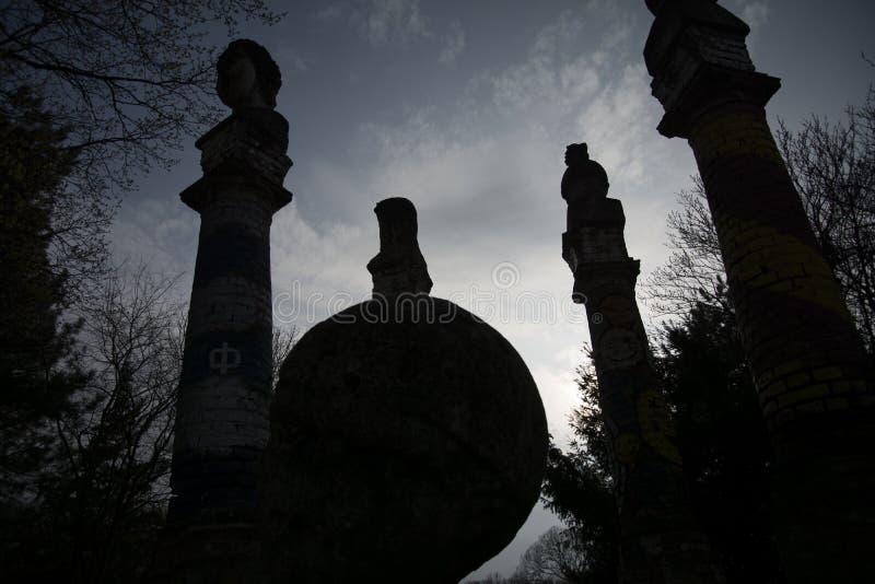 Skymning av gudarna - den mörka solen ställer in ner royaltyfria foton