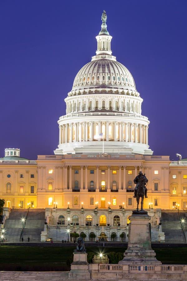 Skymning för USA-Kapitoliumbyggnad royaltyfria bilder