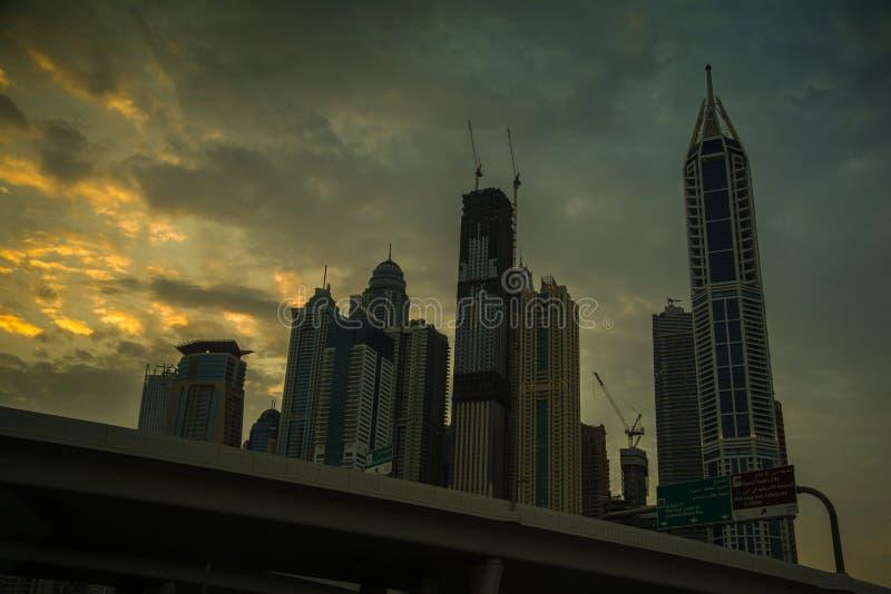 Skymning i den Dubai marina arkivfoto