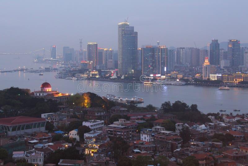 Skymning i den Xiamen staden och den Gulangyu ön, sydostliga Kina royaltyfri fotografi