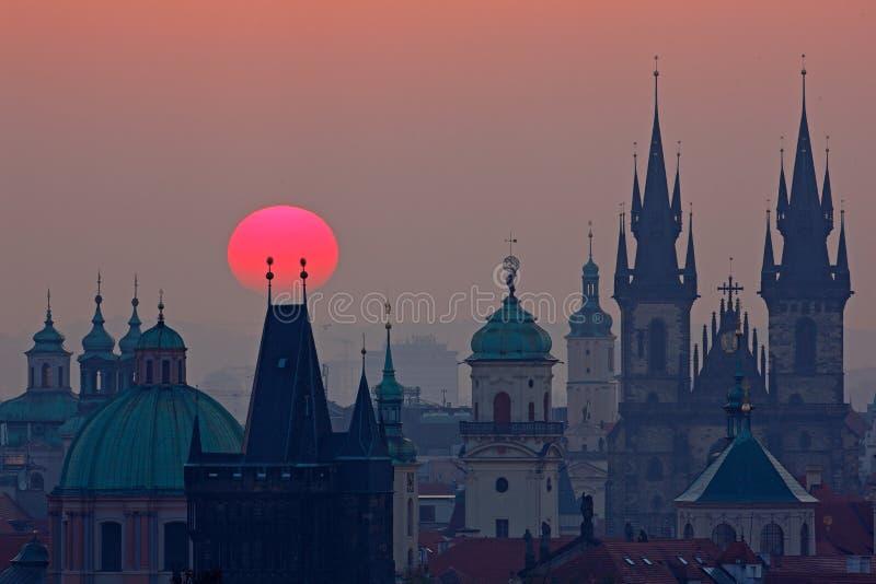 Skymning i historisk stad Magisk bild av tornet med den orange solen i Prague, Tjeckien, Europa Härliga detaljerade sunris royaltyfria bilder