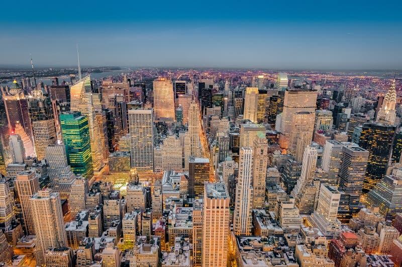 Skymning i midtownen, New York, Förenta staterna royaltyfri bild