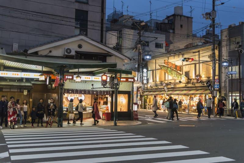 Skymning Kyoto för afton för Shijo Dori gatahörn royaltyfria foton