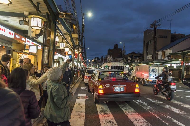 Skymning Kyoto för Shijo Dori gataafton royaltyfri foto