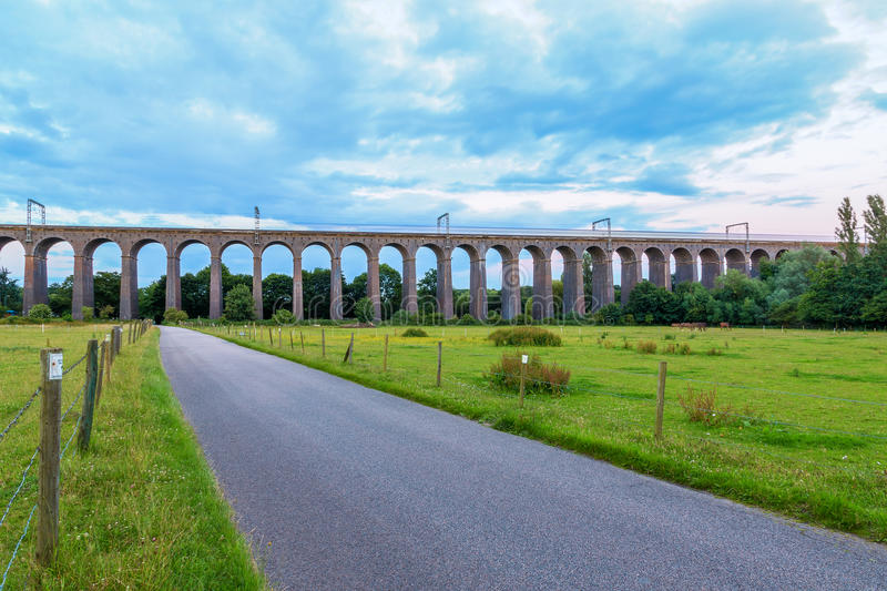 Skymning på den Digswell viadukten i UK arkivbild