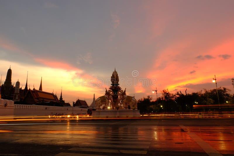 Skymning på den minnes- regeringstiden nära Wat Phra Kaew (templet av Emerald Buddha) arkivbilder