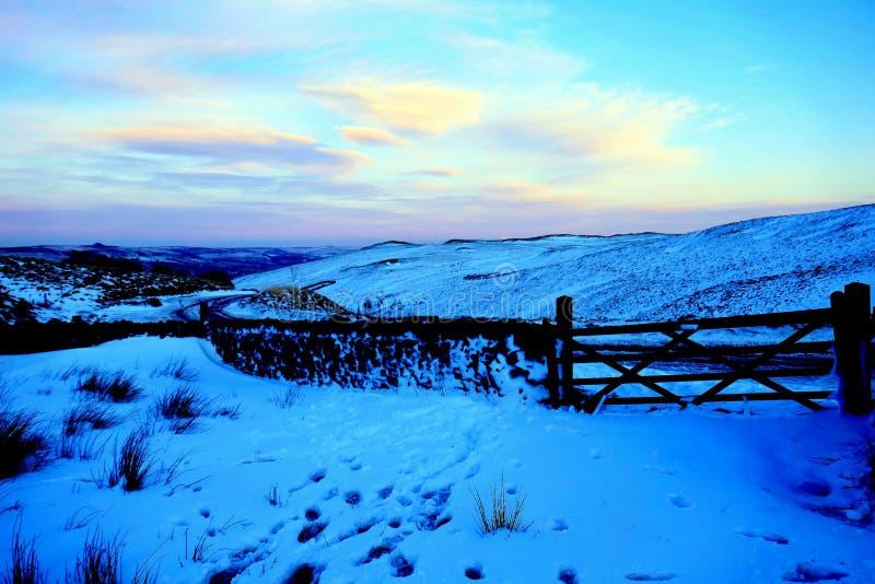 Skymning på det Winnats passerandet, Derbyshire, UK royaltyfria bilder